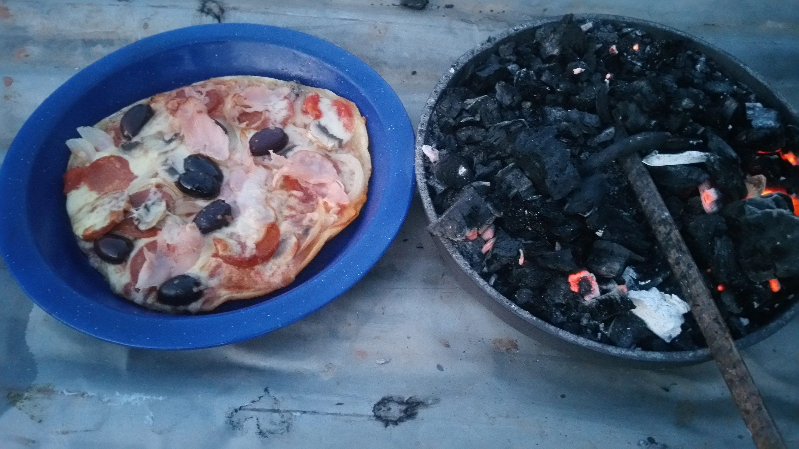 Camp oven pizza 2.jpg